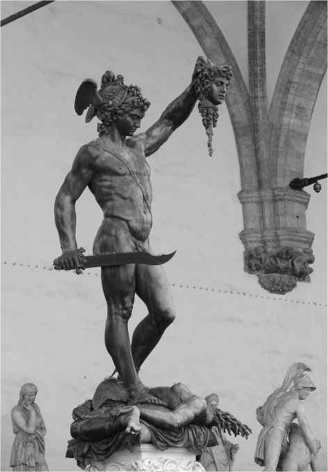 Perseus holding Medusas head Florence Photo G-Paz-y-Mino-C